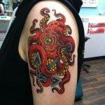 Tatuaje pulpo rojo sujetando un ancla