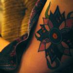 Tatuaje en el hombro de una chica