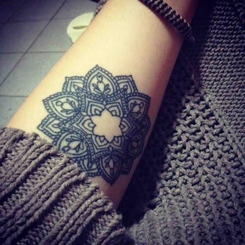 Tatuaje flor de loto en brazo