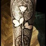 Plantas tatuadas en abdomen