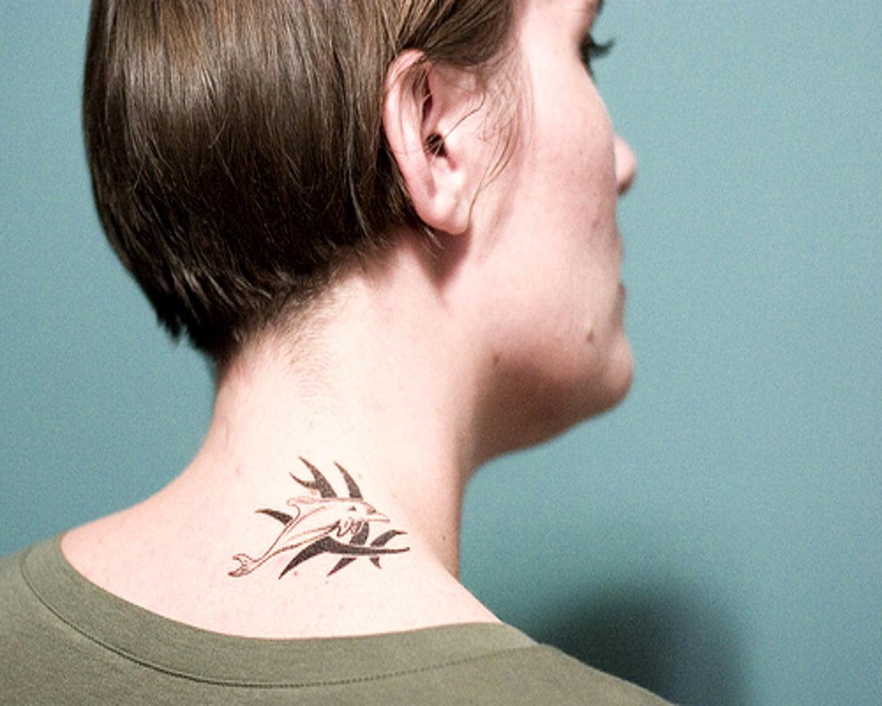 Delfín tatuado en cuello