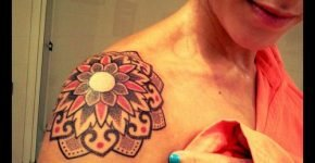 Flor tatuada en hombro