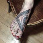 Calavera tatuada en el muslo