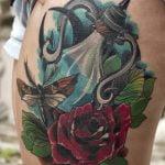 Tatuaje Uroboros en tinta roja