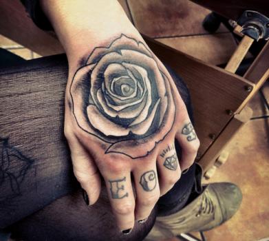 Tatua de rosa en la mano