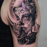 Tatuaje de comillas en brazo