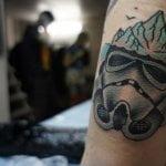 Triángulo tatuado en la nuca