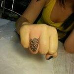 Rosa negra tatuada en mano