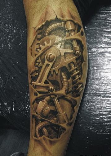 Tatuaje biomecánico con engranes