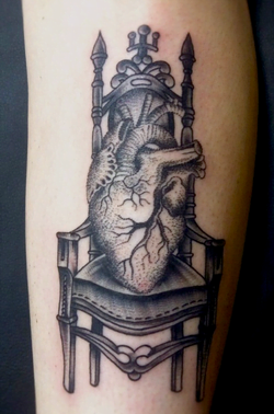 Tatuaje de un coraz n sobre una silla tatuajesxd for Sillas para tatuar
