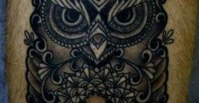 Tatuaje de búho en pantorrilla