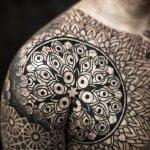 Tatuaje de pájaro en biceps