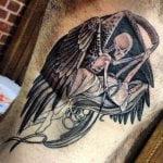 Tatuaje de pez koi en antebrazo