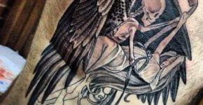 La muerte abrazando a una mujer