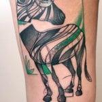 Tatuaje de golondrina en espalda