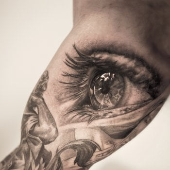 Tatuaje de un ojo que parece real