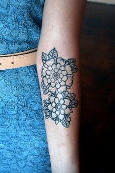 Tatuaje flores en el antebrazo