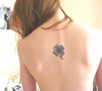 Trébol tatuado en la espalda