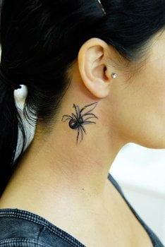 Tatuaje araña en el cuello