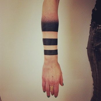 Tatuaje aros en el brazo