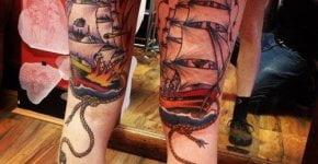 Tatuaje barcos en las piernas