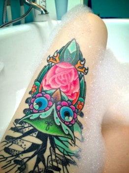 Tatuaje búho en el muslo