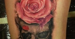 Tatuaje calavera con rosas en la pierna