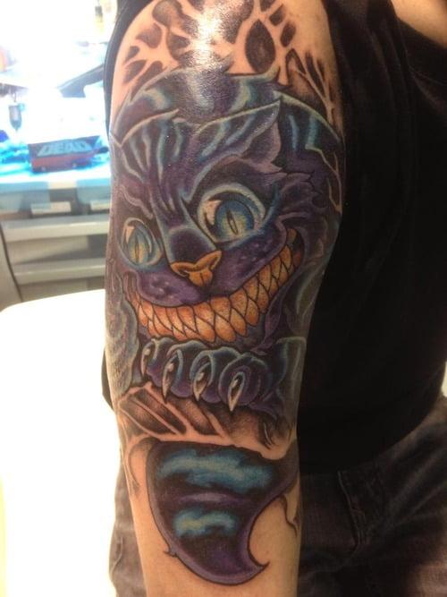 Tatuaje caricatura de felino en el brazo