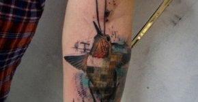 Tatuaje colibrí en el antebrazo