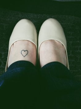 Tatuaje corazón en el pie