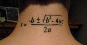 Tatuaje ecuación matemática en el cuello
