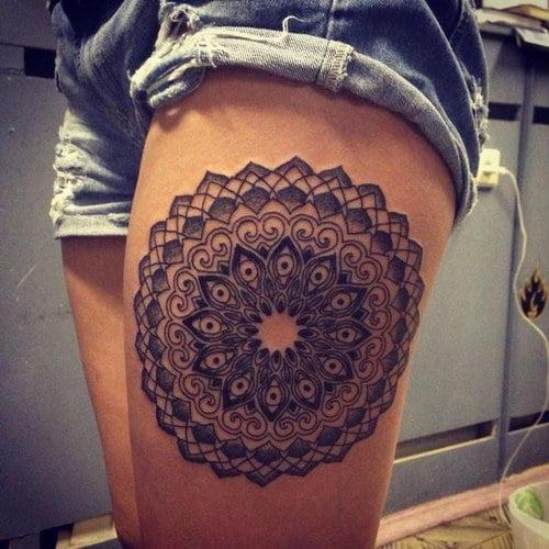 Tatuaje figura circular en el muslo
