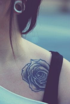 Tatuaje flor en el hombro