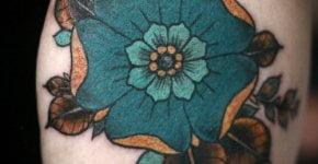 Tatuaje flor turquesa en el brazo