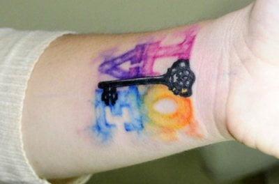 Tatuaje love en la muñeca