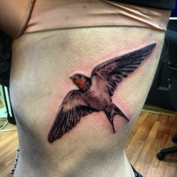 Tatuaje gorrión en vuelo