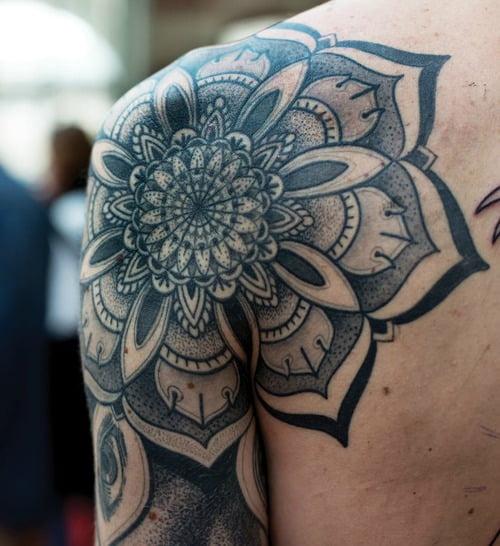 Tatuaje gran flor en el hombro
