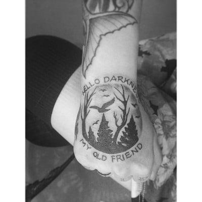 Tatuaje 'Hello darkness my old friend'