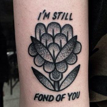 Tatuaje I'm still fond of You en el brazo