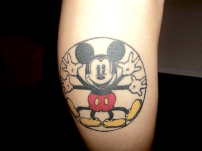 Tatuaje Mickey Mouse en la pantorilla