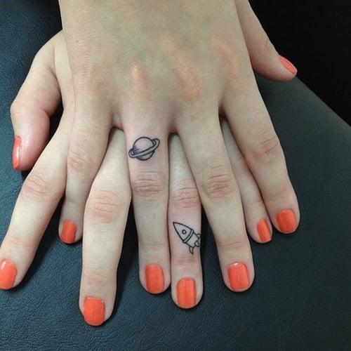 Tatuaje nave espacial en las manos