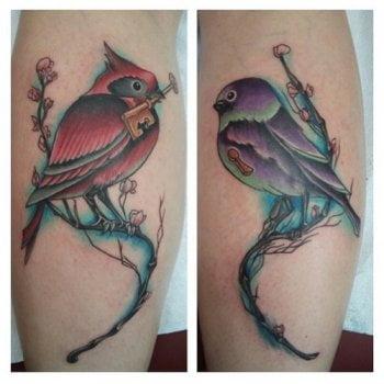 Tatuaje pájaros en las piernas