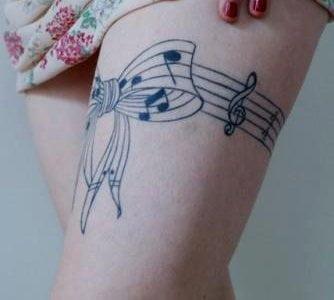 Tatuaje pentagrama en el muslo