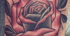 Tatuaje rosa en el brazo