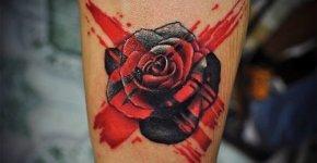 Tatuaje rosa negra en la pantorrilla