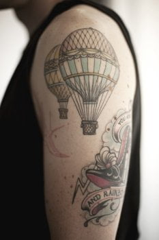 Tatuaje de globos aerostáticos en brazo