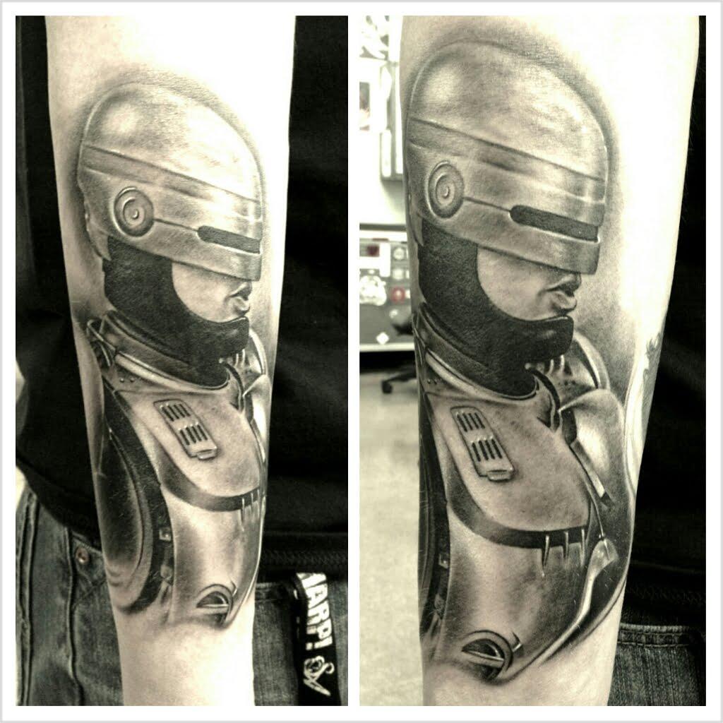 Tatuabe Robocop en el brazo