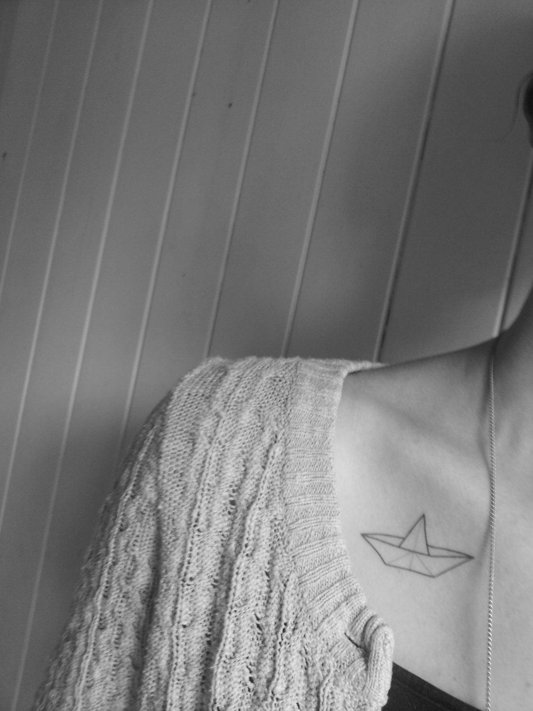 Tatuaje barquito de papel en el pecho