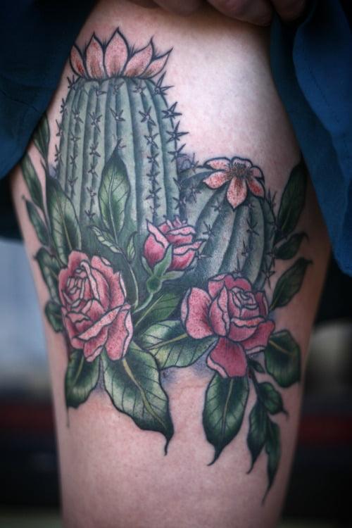 Tatuaje cactus en la pierna