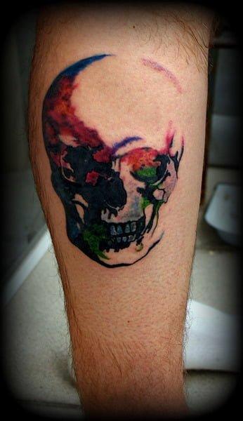 Tatuaje calavera en la pierna